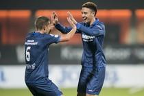 Stijn Schaars feliciteert Young Namli met zijn treffer tegen Eindhoven. © Hollandse Hoogte