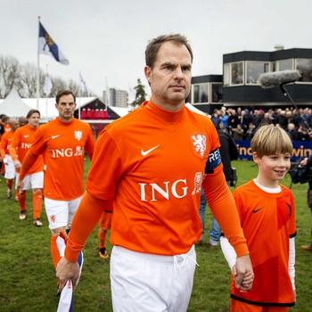 Aanvoerder Frank de Boer met achter zich zijn broer Ronald. © ANP