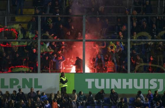 Vuur en fakkels bij het duel van NAC Breda en RKC Waalwijk. © Hollandse Hoogte