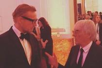 Prins Bernhard in gesprek met Bernie Ecclestone. © twitter Bernard van Oranje