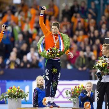 Sven Kramer wordt op het podium geflankeerd door Jan Blokhuijsen (links) en Bart Swings. © EPA