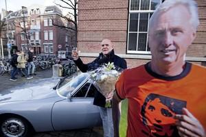 De nieuwe eigenaar Sietse van der Krieke is dolblij met de oude auto van Johan Cruijff. © anp