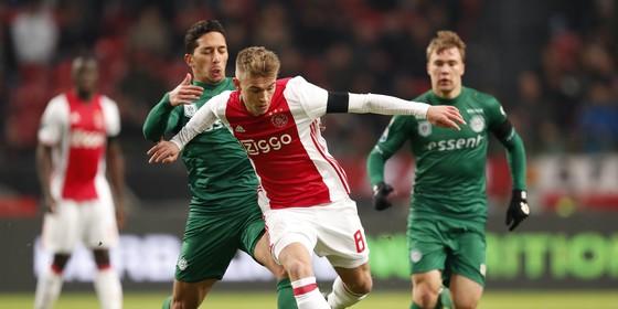 Daley Sinkgraven houdt FC Groningen-speler Tom Hiariej achter zich. © Hollandse Hoogte.