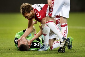 Willem Janssen ontfermt zich over Robbin Ruiter. © ANP.JPG