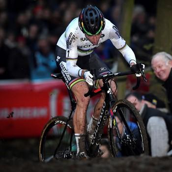 Wout van Aert voelt zich als een vis in het water in de modder. © AFP