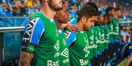 De spelers van Gremio staan stil bij de slachtoffers van de vliegramp. © AFP