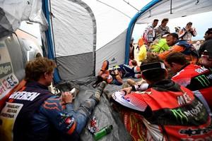 Ook de motorcoureurs gaan niet van start © AFP