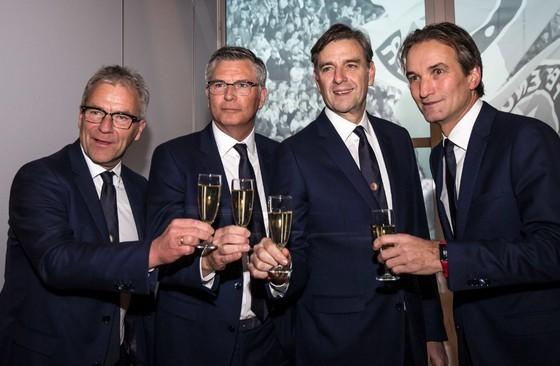 Vanaf links heffen Feyenoords algemeen directeur Eric Gudde, technisch directeur Martin van Geel, stadiondirecteur Jan van Merwijk en commercieel directeur Mark Koevermans het glas. © ANP